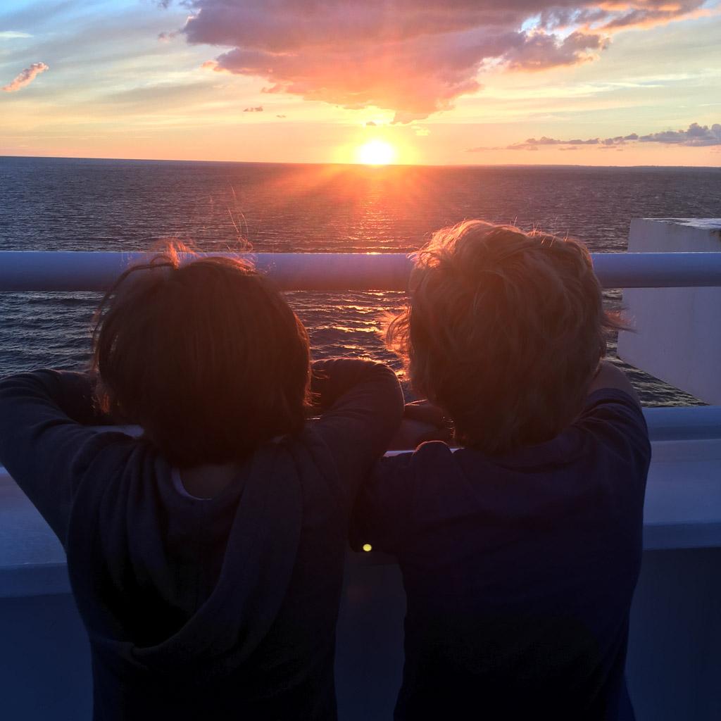 Kijken naar de zonsondergang.