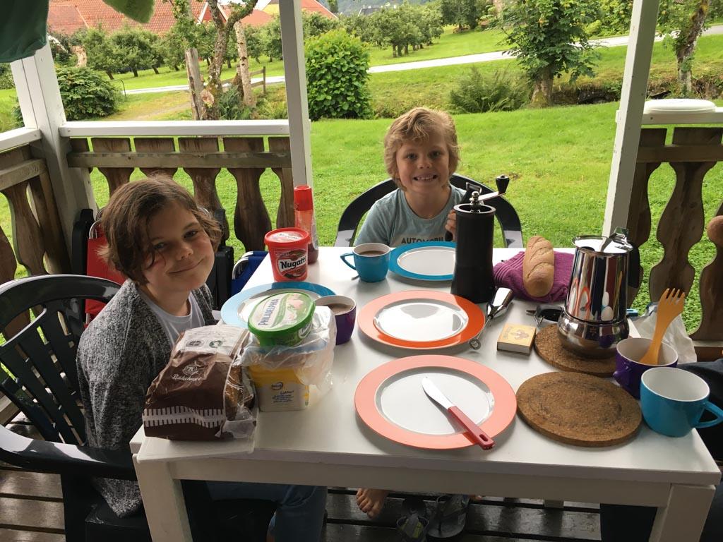 Ontbijten op de veranda in Balestrand.