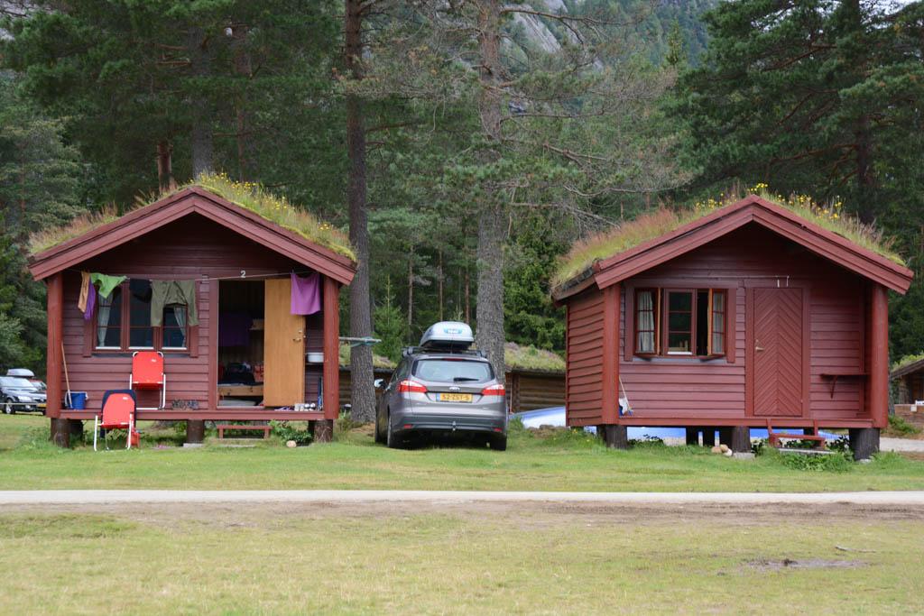 Onze hytte op camping Flateland nabij Valle. Op het dak groeit gras.
