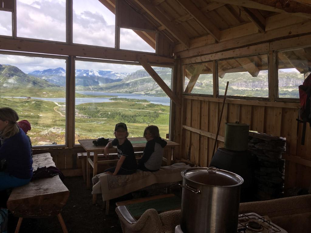 Genieten van het uitzicht vanuit Mugnetind Kafe.
