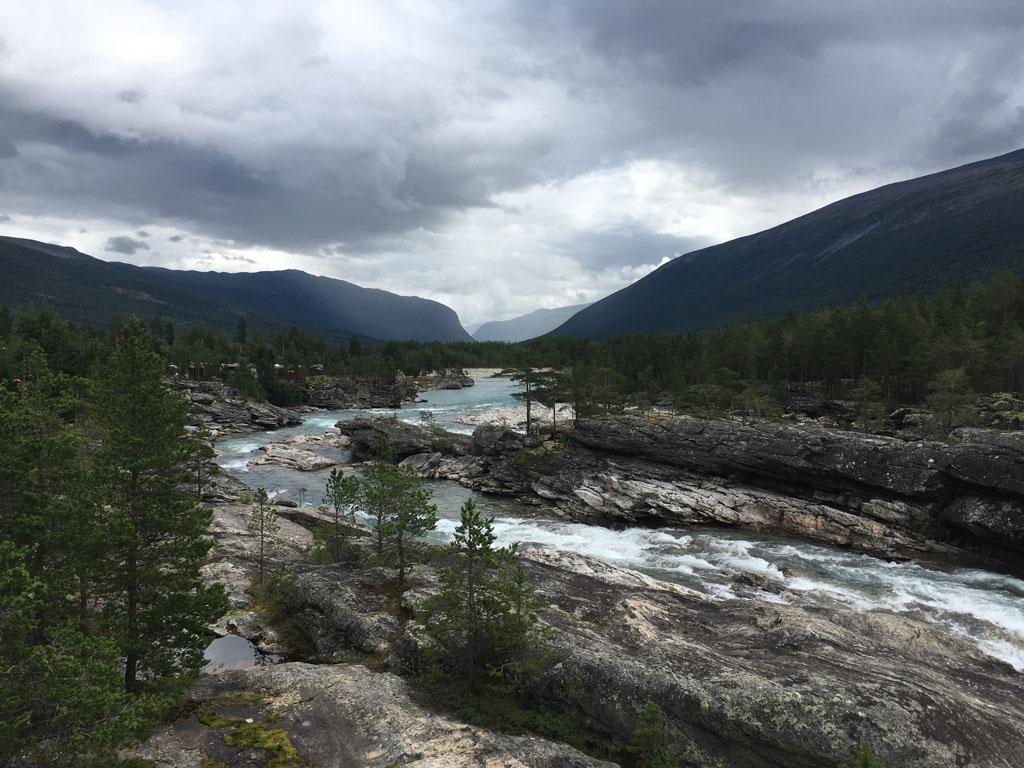 De snelstromende rivier waaraan het zwembad grenst.