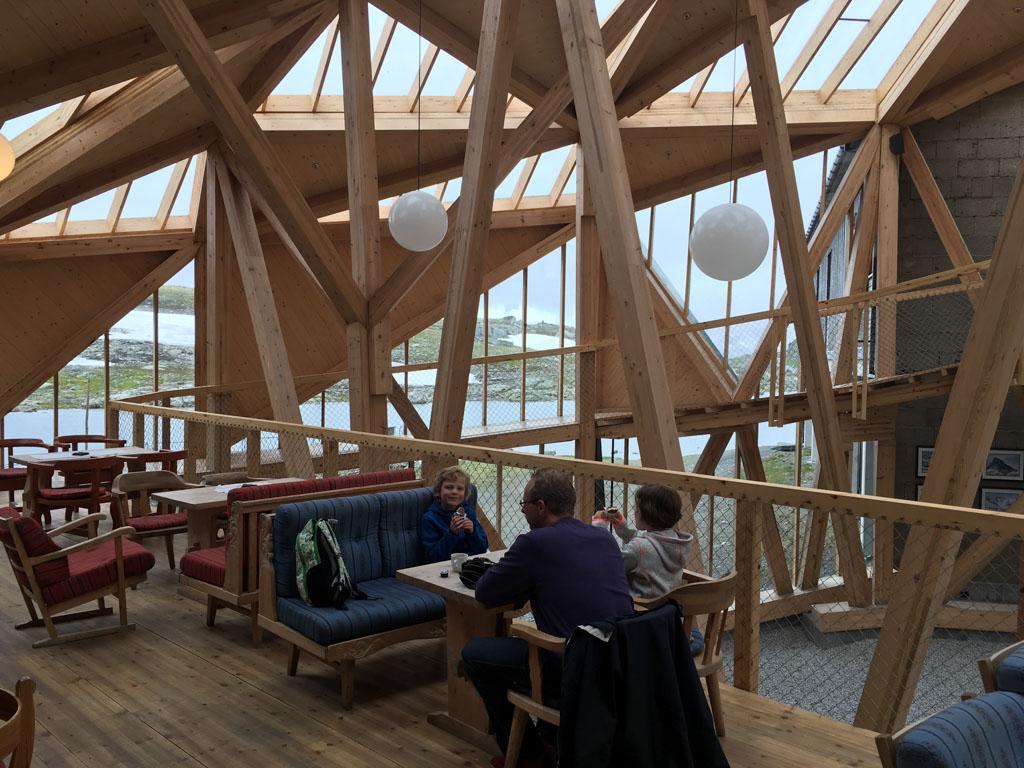 De Sognefjell Turisthytte is een prachtige plek voor pauze.