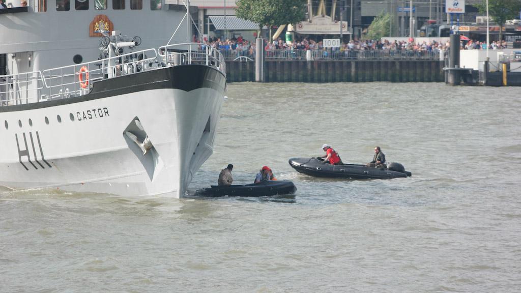 Een schip wordt gekaapt door piraten.
