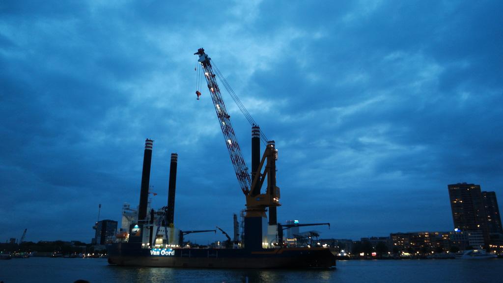 Het schip van Van Oord ligt middenin de Nieuwe Maas.