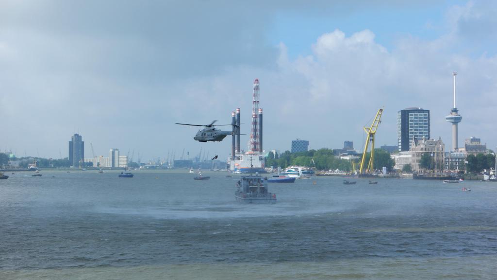 Vanaf de Erasmusbrug zien we de eerste demonstratie van de Koninklijke Marine.