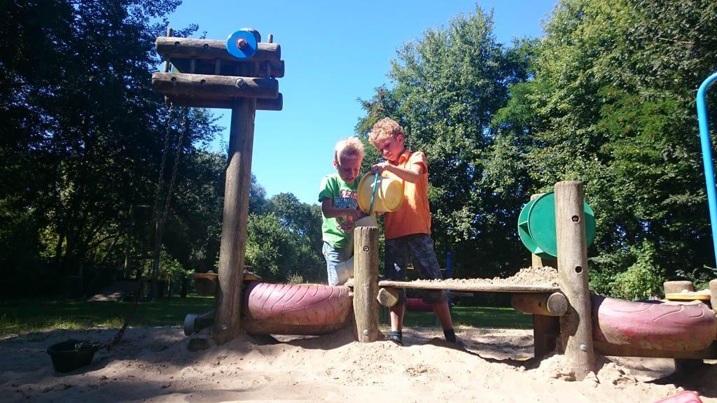 Een zandbak met leuke speelobjecten