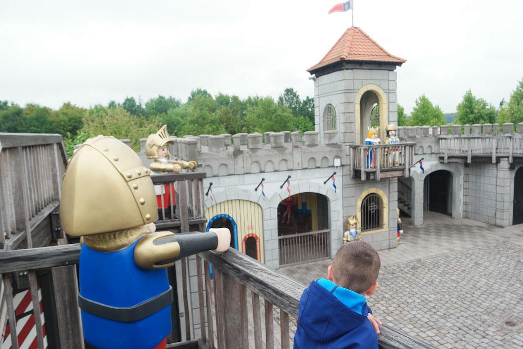 Een Playmobil kasteel op ware grootte.