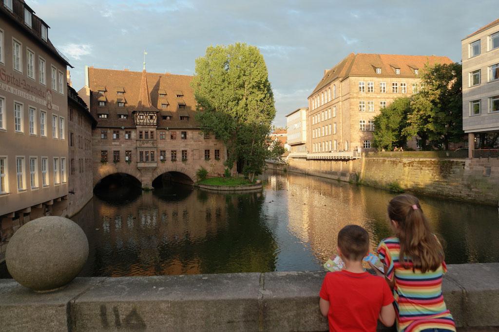 Op een van de bruggen in het centrum van Neurenberg.