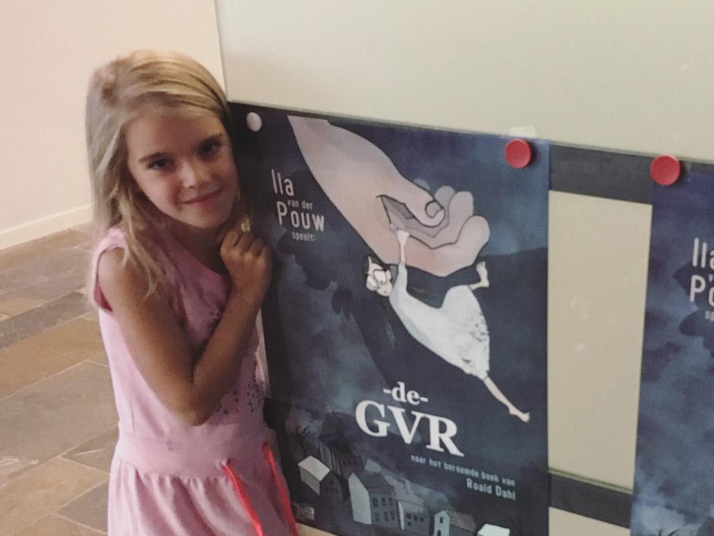 Bij de poster van De GVR.