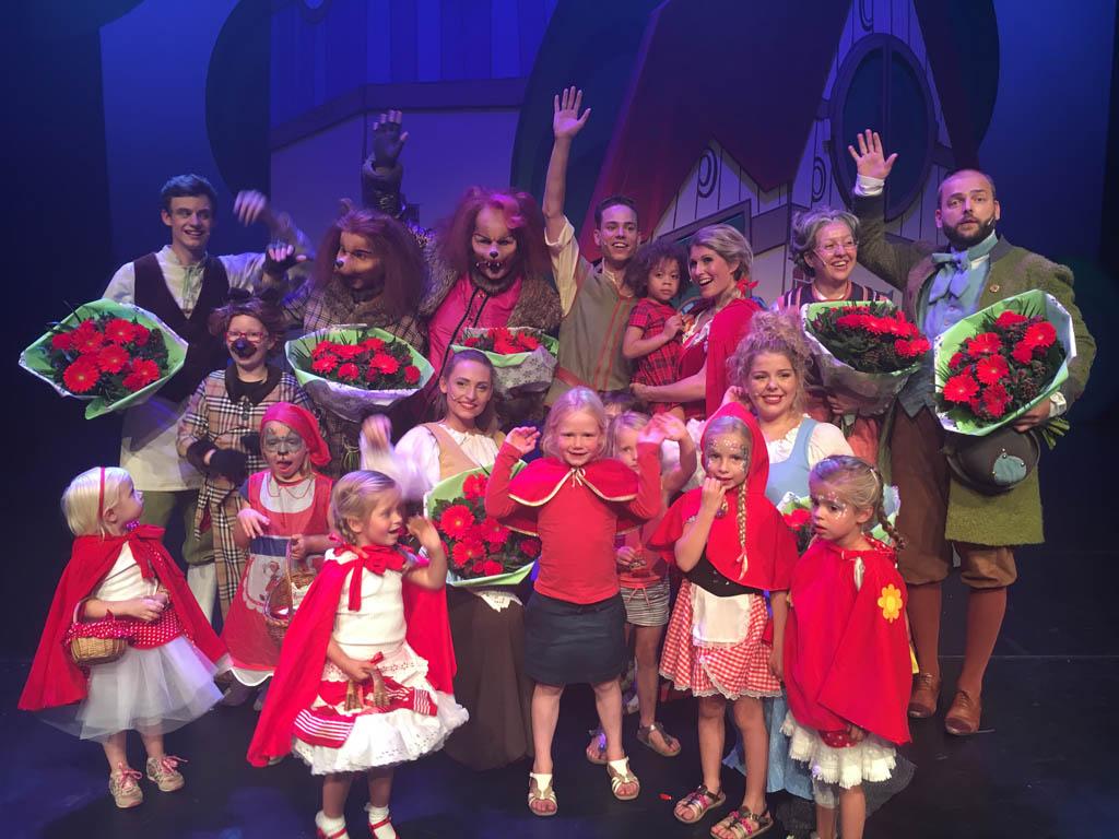Alle Roodkapjes met de cast op de foto na Roodkapje de Musical