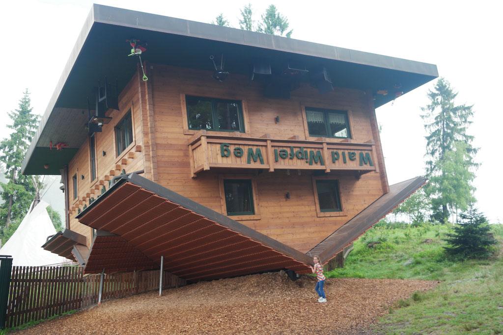 Net voor de ingang zien we Haus am Kopf.