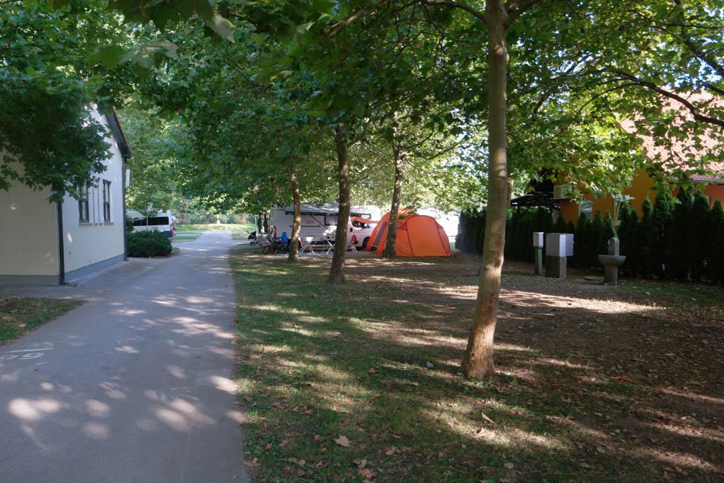 Zicht op de tenten.