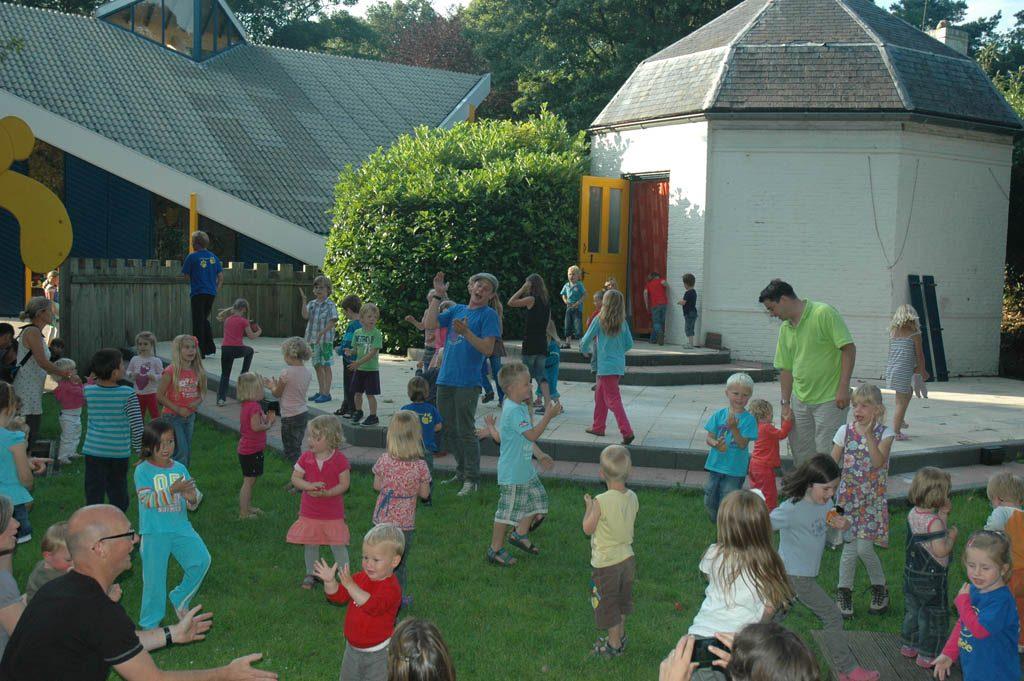 Kinderen doen mee met de berenpret.