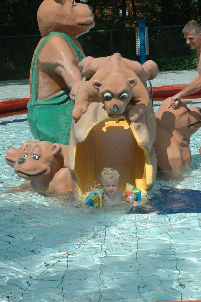 De berenglijbaan in het peuterzwembad.