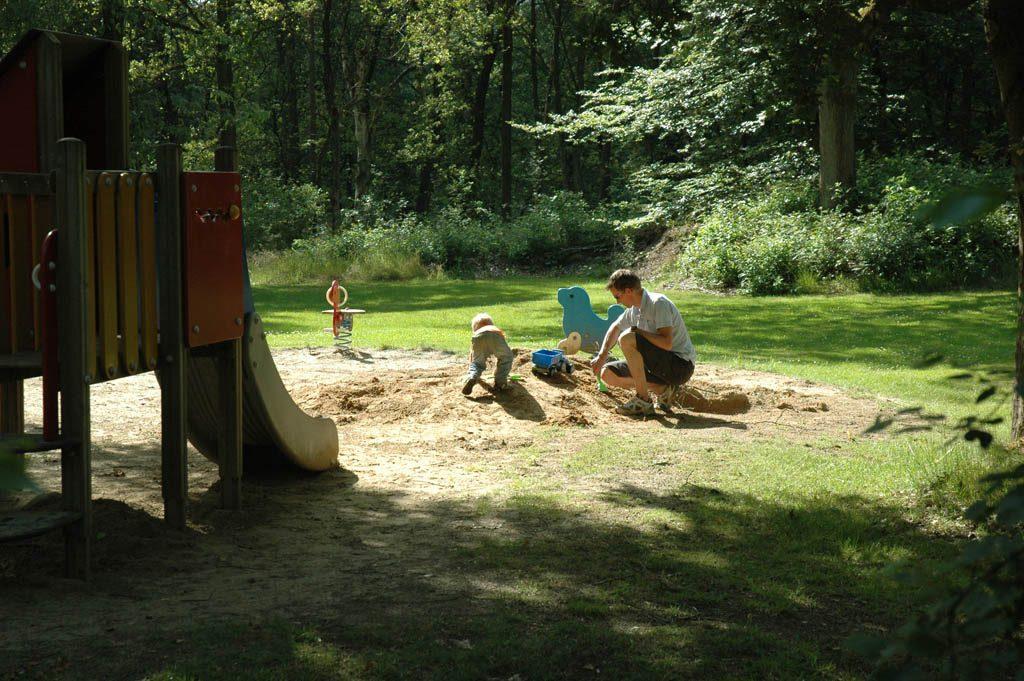 Zandbakken en glijbanen in overvloed bij Camping Landgoed de Berenkuil.
