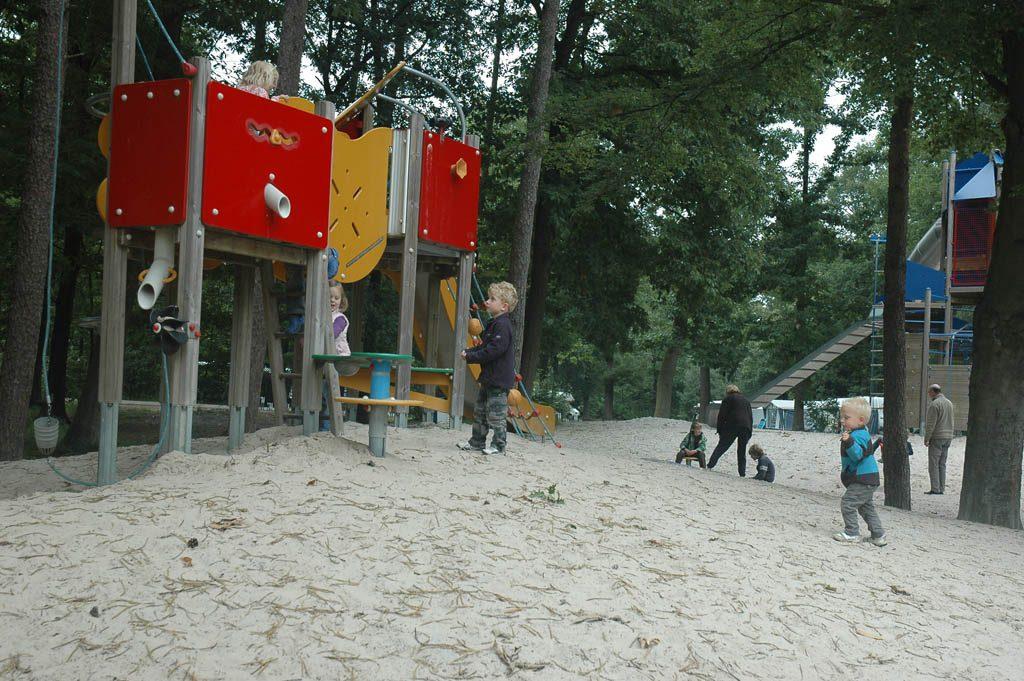 De grote centrale speeltuin bij de ingang.