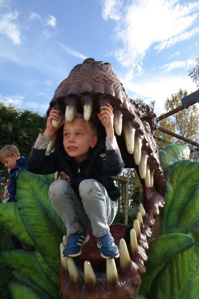 In het park staan ook dino's om in te klimmen.