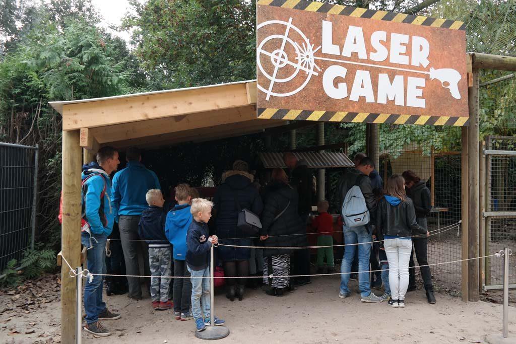 In de rij wachten voor de lasergame.