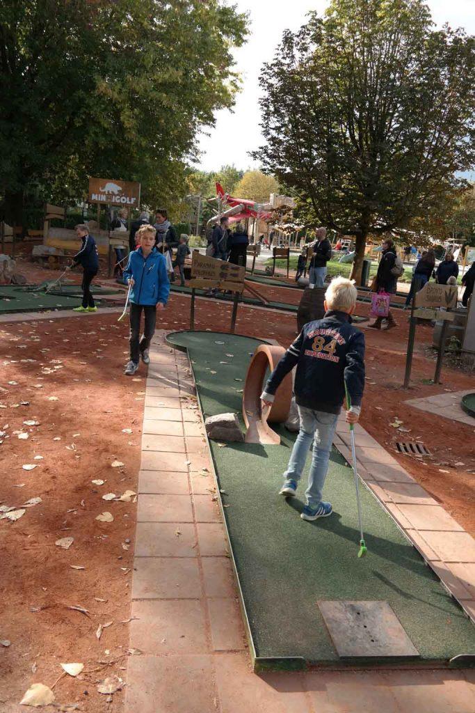 Een potje minigolf spelen op de Dinogolfbaan.