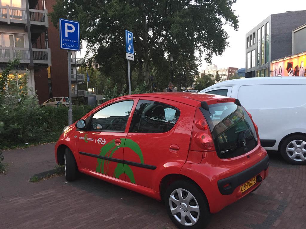 Greenwheels auto in Deventer, nog met het oude logo er op.