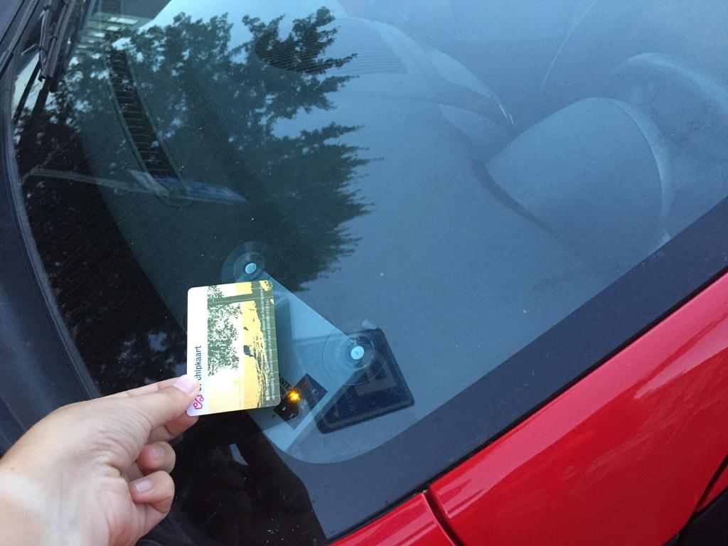 OV-chipkaart voor het raam en hup, de deuren ontgrendelen.