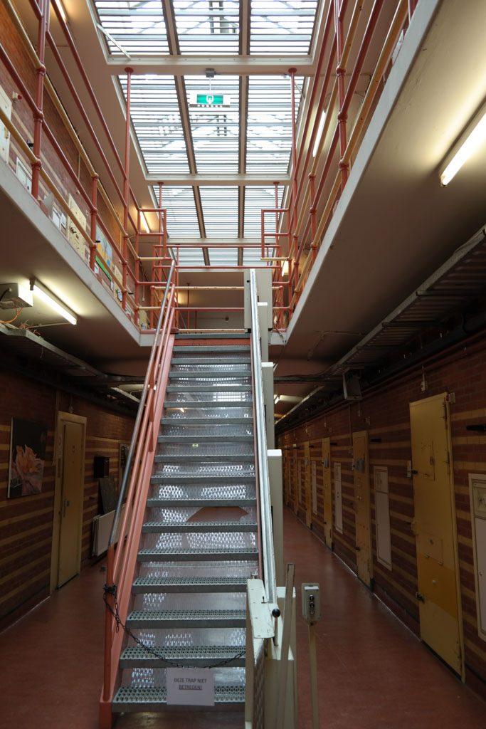 De hal met cellen in gevangenis de Rode Pannen.