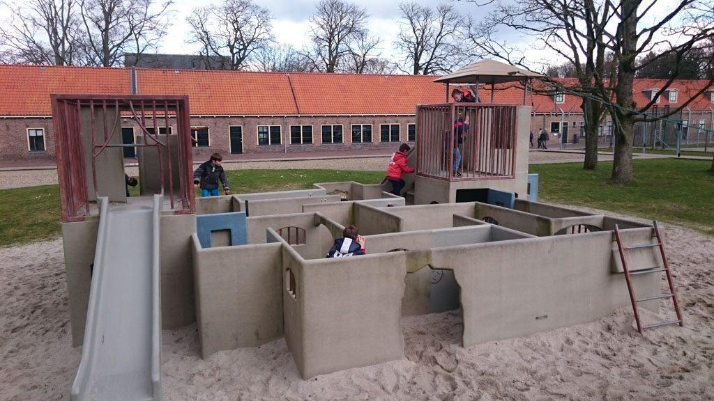 De Klauterbajes op de binnenplaats is een leuke speeltuin.