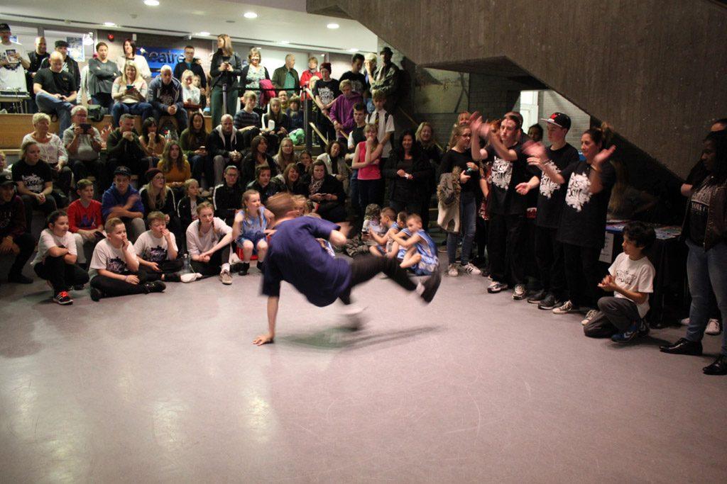 Spontane optredens in de hal van Dance City.