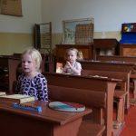 opletten-in-de-klas-van-het-nagebouwde-schooltje