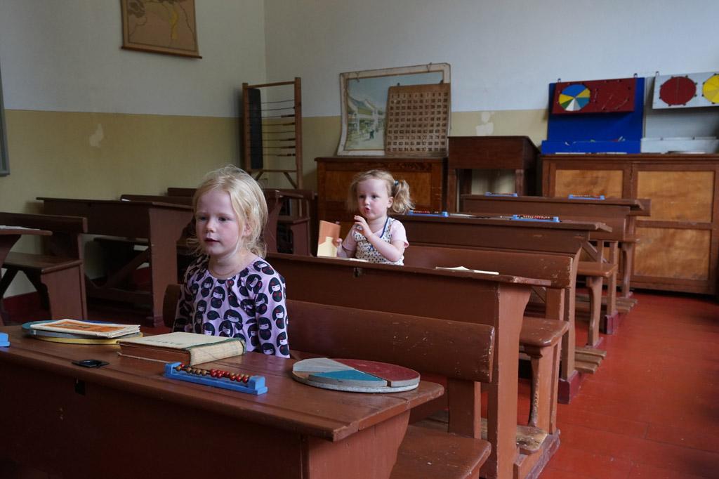 karijn-beleef-het-veenpark-opletten-in-de-klas-van-het-nagebouwde-schooltje