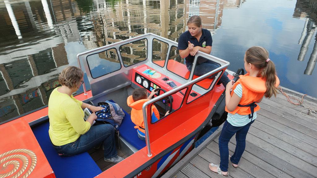 Voordat we gaan varen krijgen we instructie van de havenmeester.