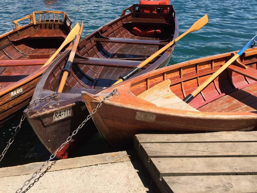Het is gelukt, we hebben onze roeiboot er tussen kunnen krijgen.