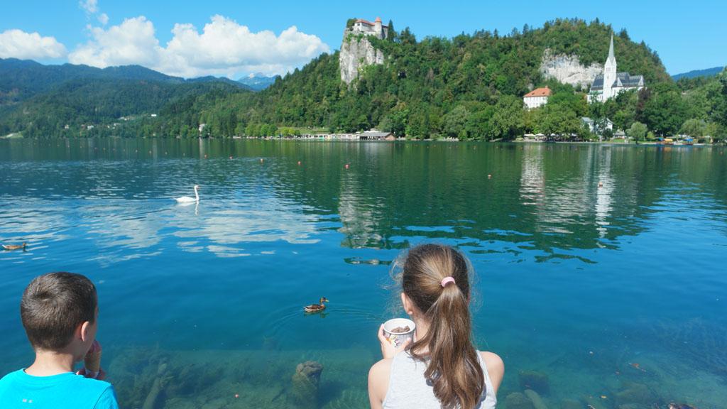 IJsje eten aan het meer van Bled.