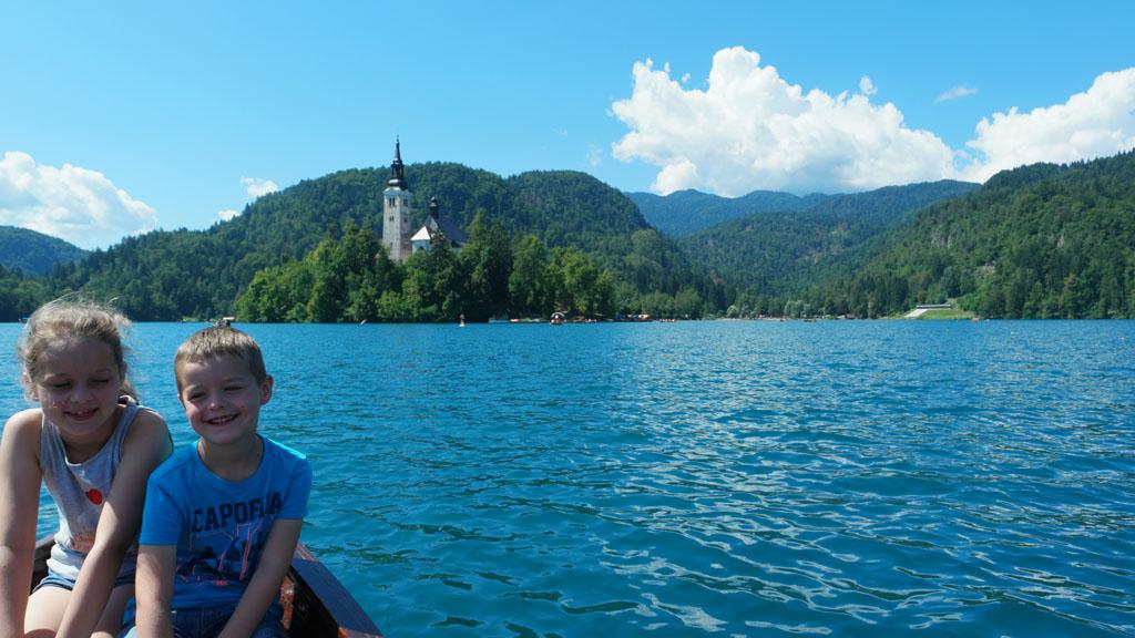 Waar je ook bent rondom het meer, overal zie je het eiland met het kerkje.