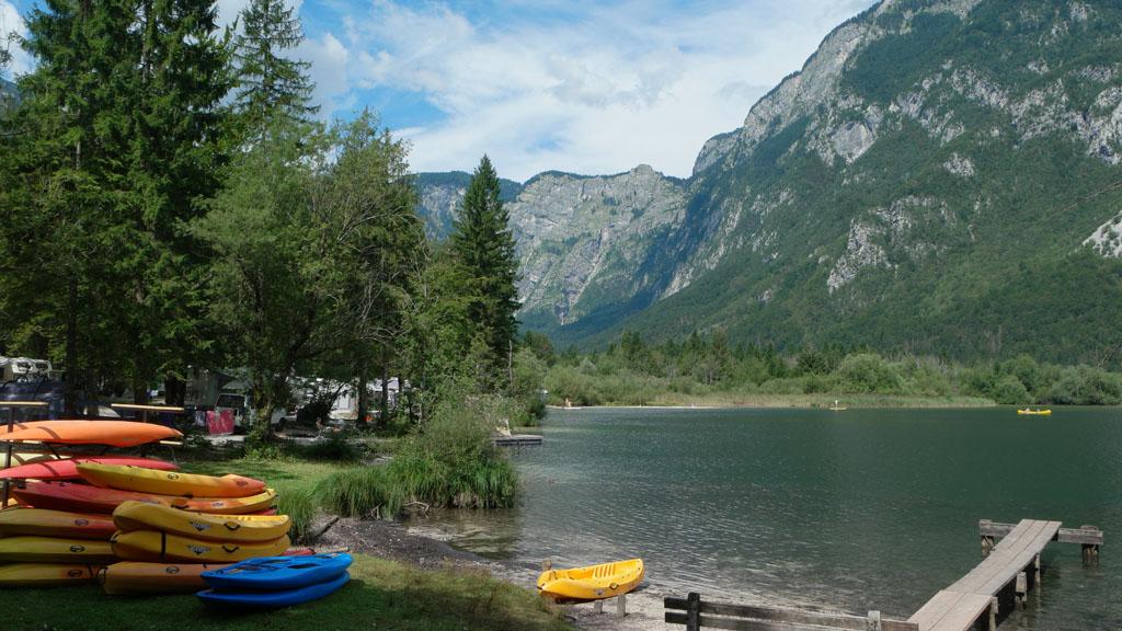 Ook per kano kan je het meer van Bohinj verkennen.