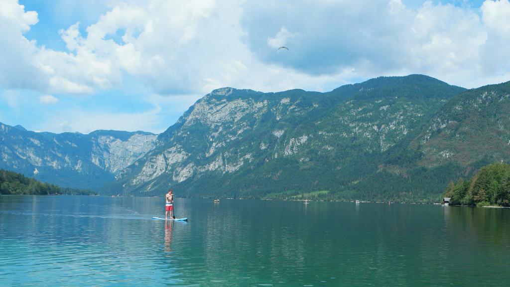 Een SUP-per op het meer van Bohinj.