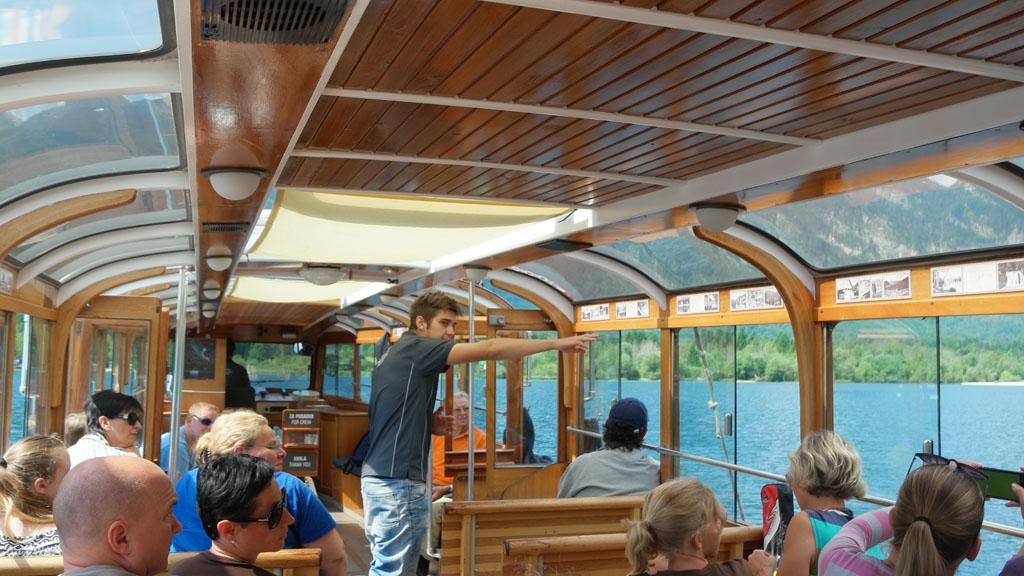 De gids op de boot vertelt meer over het ontstaan van het gebied.
