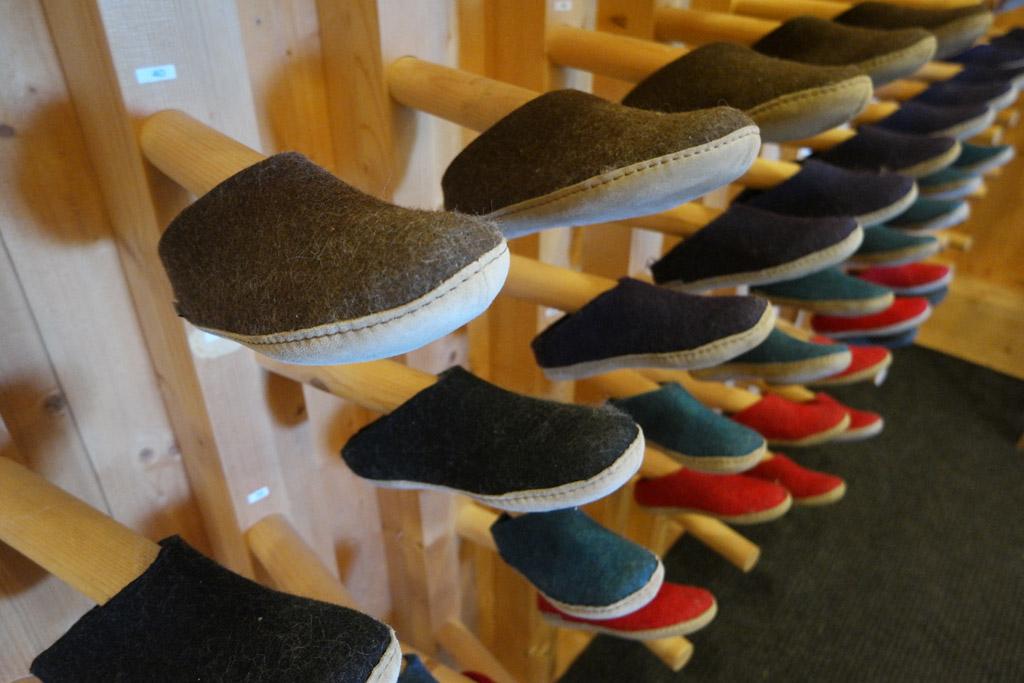 Pantoffels als teken van gastvrijheid.