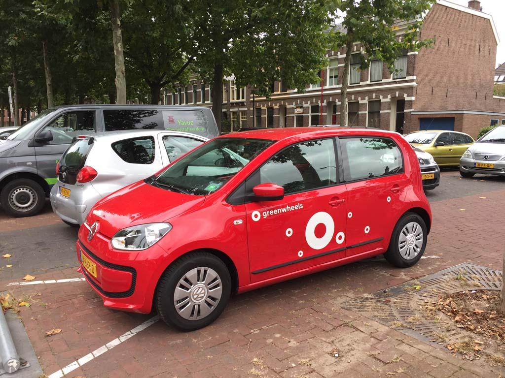 Greenwheels auto met het nieuwe frisse witte logo.