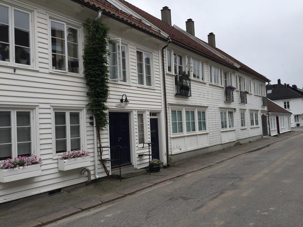 Overal komen we de witte houten huisjes tegen.
