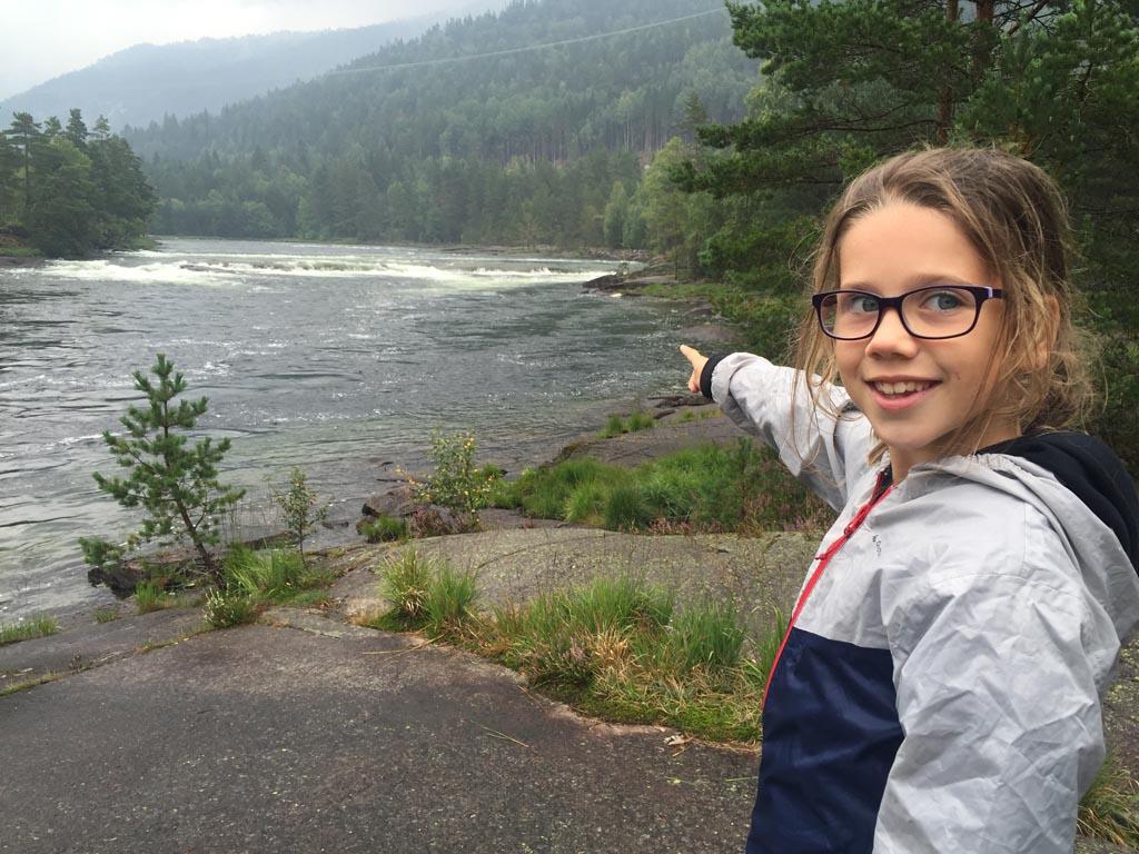 We bekijken de rivier waar we straks gaan raften.