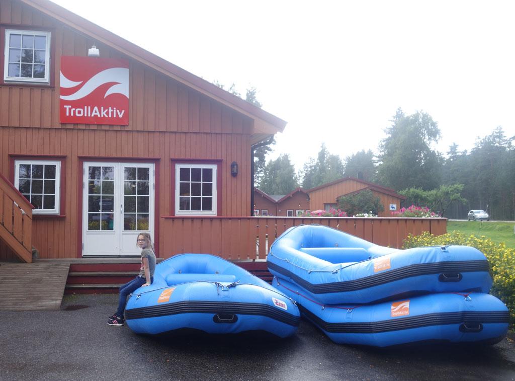 Bij aankomst liggen de boten al klaar.