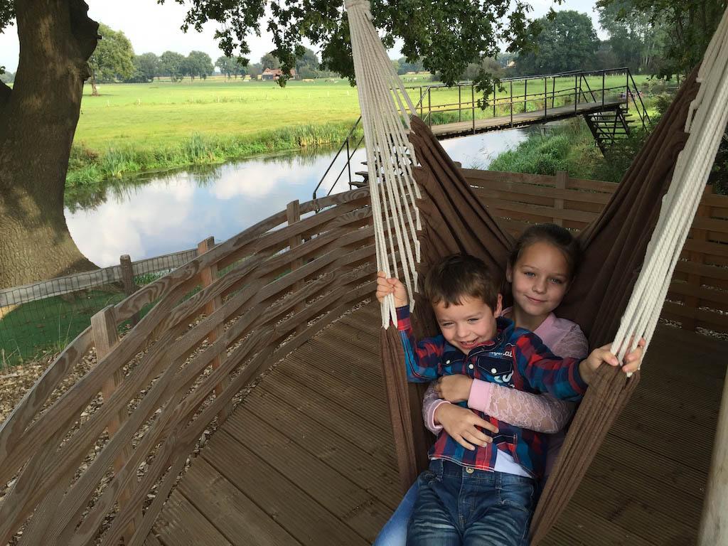 Broer en zus samen in de hangstoel.