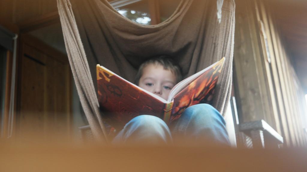 Chillen in de hangstoel met een boek.