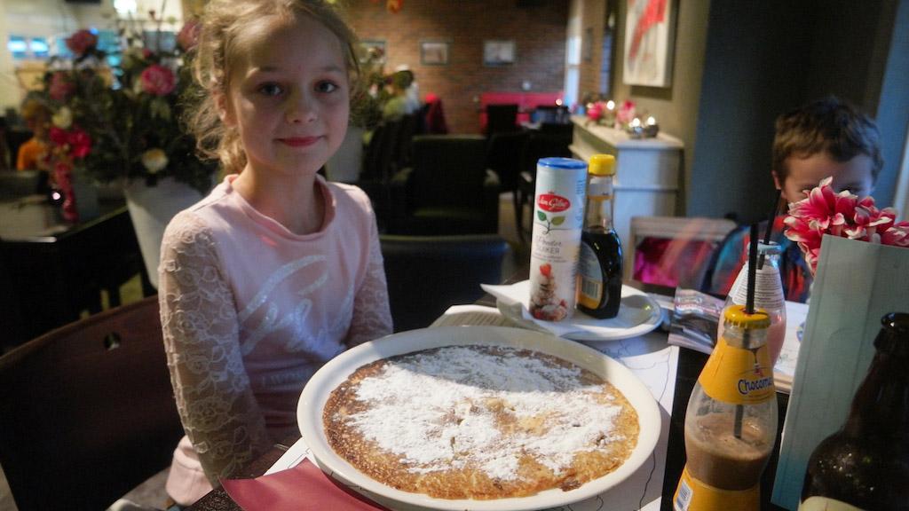 Maureen kiest de grote pannenkoek en eet deze tot de laatste kruimel op.