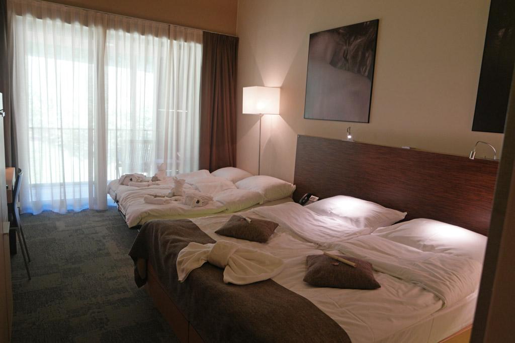 Onze hotelkamer met vier bedden.