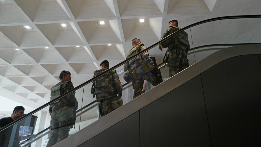 Militairen in het Louvre.