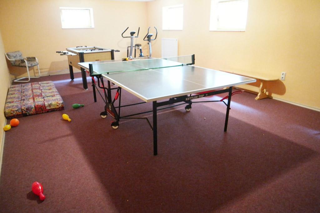 De recreatieruimte met tafeltennistafel, voetbalspel en spelletjes.