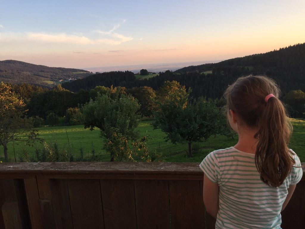 Vanaf het balkon naar de zonsondergang kijken.