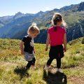 Samen bloemen zoeken op de berg.
